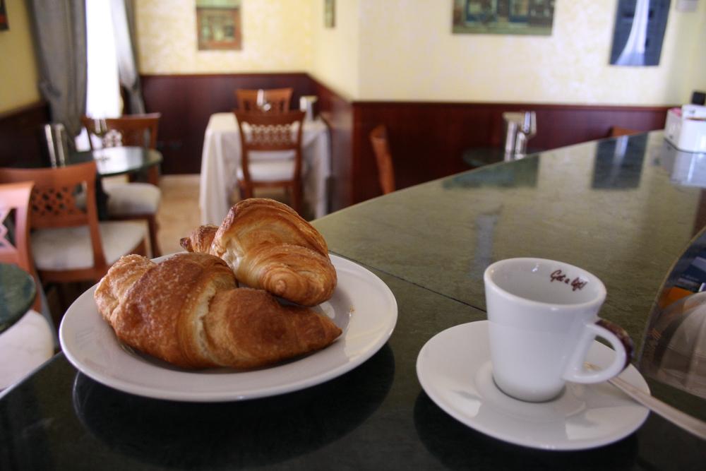 hotel-san-giuseppe-tre-stelle-catanzaro-tea-room-colazione-continentale-buffet-caffe-cornetti-fragranti